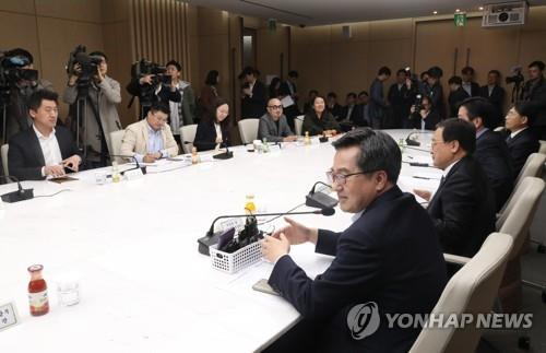 Finance Minister Kim Dong-yeon (R) speaks during a meeting with businessmen to discuss how to foster a sharing economy in Seoul on Oct. 24, 2018. (Yonhap)