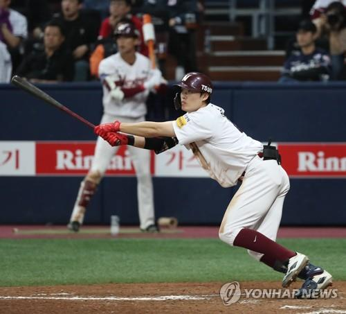 Lim Byeong-wuk of the Nexen Heroes hits a two-run triple in the bottom of the eighth inning of Game 4 of the Korea Baseball Organization's first-round postseason series at Gocheok Sky Dome in Seoul on Oct. 23, 2018. (Yonhap)