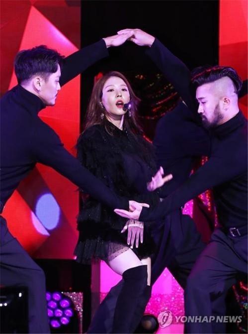 "K-pop diva BoA showcases her new album, ""Woman,"" in Seoul on Oct. 24, 2018. (Yonhap)"