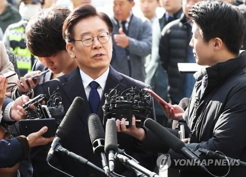 Gyeonggi Province Gov. Lee Jae-myung takes questions from reporters on Oct. 29, 2018, after he arrived at the Bundang Police Station in Seongnam, south of Seoul, for questioning over allegations involving his family and an actress. (Yonhap)