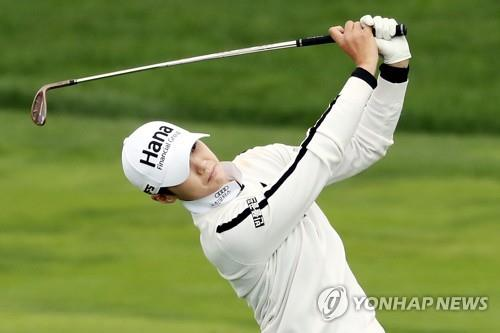 In this file photo from Oct. 11, 2018, Park Sung-hyun of South Korea hits her second shot on the ninth hole during the first round of the LPGA KEB Hana Bank Championship at Sky 72 Golf Club's Ocean Course in Incheon, 40 kilometers west of Seoul. (Yonhap)