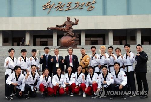 This photo provided by the World Taekwondo (WT) shows South Korean taekwondo practitioners and officials taking a group photo at Taekwondo Hall in Pyongyang on April 1, 2018. (Yonhap)