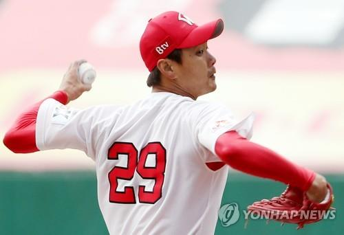 In this file photo from Oct. 27, 2018, Kim Kwang-hyun of the SK Wyverns throws a pitch against the Nexen Heroes in the top of the first inning of Game 1 of the second round playoff series in the Korea Baseball Organization at SK Happy Dream Park in Incheon, 40 kilometers west of Seoul. (Yonhap)