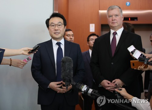 Lee Do-hoon (L), South Korea's representative for Korean Peninsula peace and security affairs, speaks to reporters after meeting with U.S. Special Representative for North Korea Stephen Biegun (R) in Seoul on Sept. 11, 2018. (Yonhap)