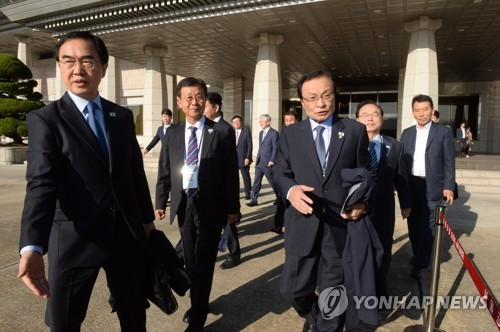 This photo provided by the joint press corps shows Unification Minister Cho Myoung-gyon (L) walking with ruling party leader Lee Hae-chan (front R) and other delegates to board a plane bound for Pyongyang in Seongnam, south of Seoul, on Oct. 4, 2018. (Yonhap)