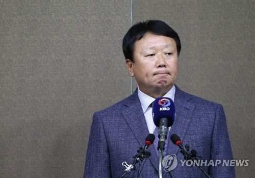 South Korean national baseball manager Sun Dong-yol listens to a question during his press conference at the Korea Baseball Organization (KBO) headquarters in Seoul on Oct. 4, 2018. (Yonhap)
