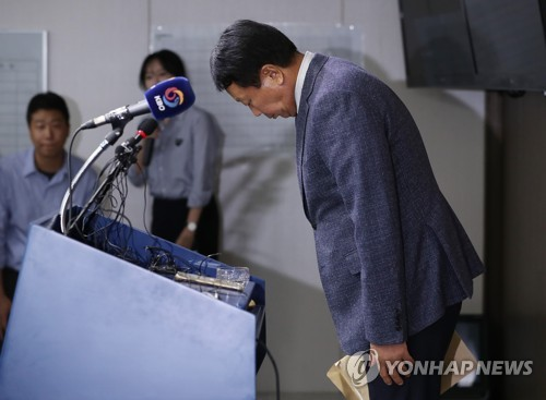 South Korean national baseball manager Sun Dong-yol takes a bow before his press conference at the Korea Baseball Organization (KBO) headquarters in Seoul on Oct. 4, 2018. (Yonhap)