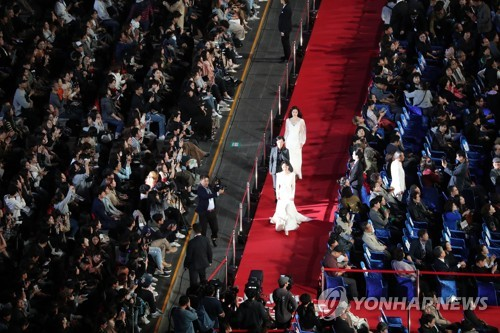 South Korean film personalities walk on the red carpet during the opening ceremony of the 23rd Busan International Film Festival in the southern port city of Busan on Oct. 4, 2018. (Yonhap)