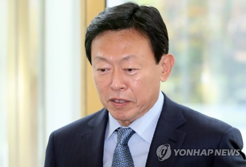 Lotte Group Chairman Shin Dong-bin returns to work at Lotte World Tower in southeastern Seoul on Oct. 8, 2018. He was freed from jail on Oct. 5 after an appellate court suspended his sentence on bribery charges. (Yonhap)