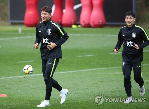 South Korean midfielder Jung Woo-young (L) trains with teammate Nam Tae-hee at the National Football Center in Paju, north of Seoul, on Oct. 9, 2018. (Yonhap)