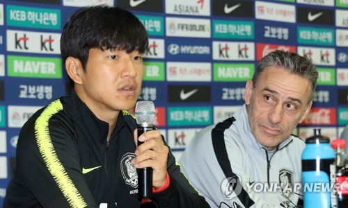 South Korea national football team defender Park Joo-ho speaks at a press conference at Cheonan Stadium in Cheonan, South Chungcheong Province, on Oct. 15, 2018, one day ahead of his team's friendly against Panama. Next to Park is head coach Paulo Bento. (Yonhap)