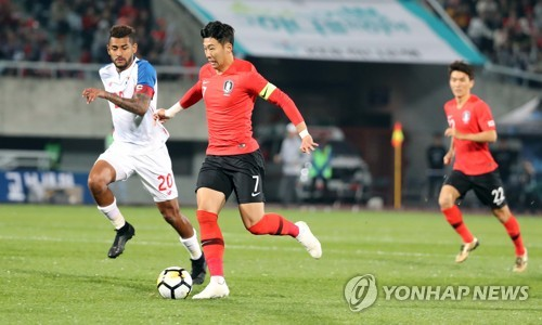 South Korea's Son Heung-min (C) dribbles against Panama's Anibal Godoy during a friendly match at Cheonan Stadium in Cheonan, South Chungcheong Province, on Oct. 16, 2018. (Yonhap)