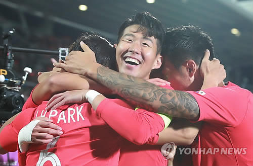 South Korea's Son Heung-min (C) celebrates with teammates after Park Joo-ho scored a goal against Panama in a friendly match at Cheonan Stadium in Cheonan, South Chungcheong Province, on Oct. 16, 2018. (Yonhap)