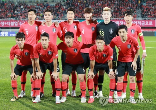 This file photo taken on Oct. 16, 2018, shows South Korean national football team players posing for a photo ahead of their friendly match against Panama at Cheonan Stadium in Cheonan, South Chungcheong Province. (Yonhap)