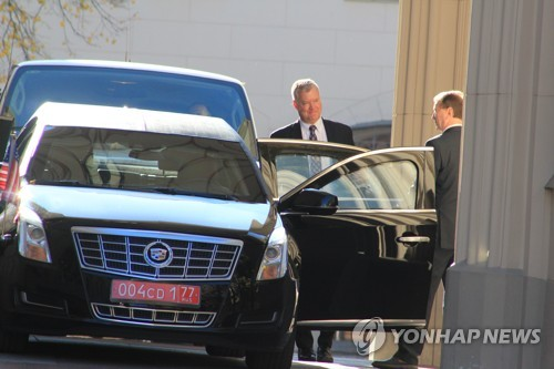 U.S. Special Representative for North Korea Stephen Biegun (L) leaves a Russian foreign ministry building in Moscow on Oct. 16, 2018, after meetings with his counterparts. (Yonhap)