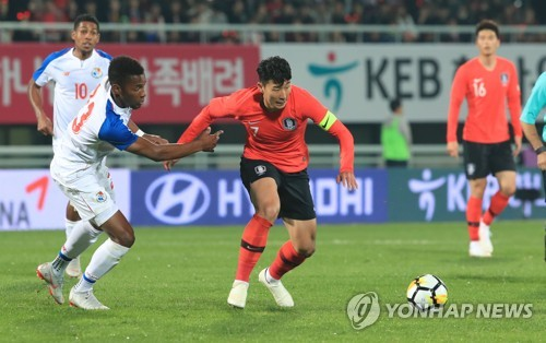South Korea's Son Heung-min (C) dribbles during a friendly match against Panama at Cheonan Stadium in Cheonan, South Chungcheong Province, on Oct. 16, 2018. (Yonhap)