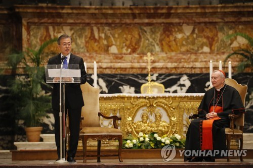 South Korean President Moon Jae-in (L) delivers a speech after attending special mass for peace on the Korean Peninsula at St. Peter's Basilica in the Vatican, presided over by Cardinal Secretary of State Pietro Parolin (R) on Oct. 17, 2018. (Yonhap)