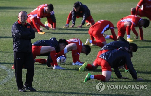 South Korean football coach Park Hang-seo, who is leading the Vietnamese national football team, checks his players during training at the National Football Center in Paju, north of Seoul, on Oct. 18, 2018. (Yonhap)
