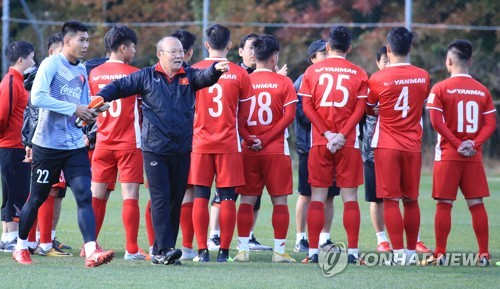 South Korean football coach Park Hang-seo (C), who is leading the Vietnamese national football team, gives direction to his players during training at the National Football Center in Paju, north of Seoul, on Oct. 18, 2018. (Yonhap)