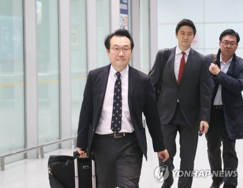 South Korea's top nuclear envoy, Lee Do-hoon, arrives at Beijing Capital International Airport in Beijing on Oct. 18, 2018, one day ahead of a meeting with his Chinese counterpart, Kong Xuanyou. (Yonhap)