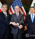 This photo, provided by South Korea's Ministry of National Defense, shows South Korean Defense Minister Jeong Kyeong-doo (R) with U.S. Defense Secretary Jim Mattis (C) and Japanese Defense Minister Takeshi Iwaya in Singapore on Oct. 19, 2018. (Yonhap)
