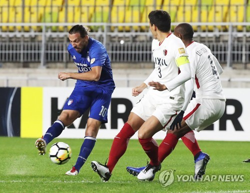 Suwon Samsung Bluewings forward Dejan Damjanovic (L) takes a shot against Kashima Antlers defenders during the second leg of their Asian Football Confederation Champions League (ACL) semifinal match at Suwon World Cup Stadium in Suwon, south of Seoul, on Oct. 24, 2018. (Yonhap)