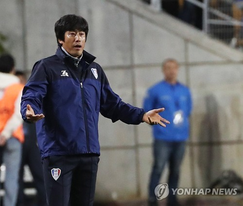 Suwon Samsung Bluewings head coach Seo Jung-won reacts during the second leg of the Asian Football Confederation Champions League (ACL) semifinal match between Kashima Antlers and Suwon at Suwon World Cup Stadium in Suwon, south of Seoul, on Oct. 24, 2018. (Yonhap)