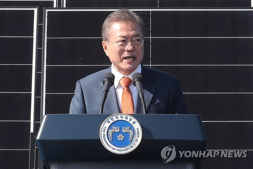 President Moon Jae-in speaks during a ceremony held Oct. 30, 2018, in the southwestern coast city of Gunsan to announce plans to establish one of the world's biggest renewable energy complexes in the Saemangeum reclaimed land. (Yonhap)