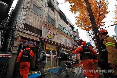 Firefighters conduct an on-site investigation at a three-story building in central Seoul on Nov. 9, 2018, after a fire broke out there earlier in the day. (Yonhap)