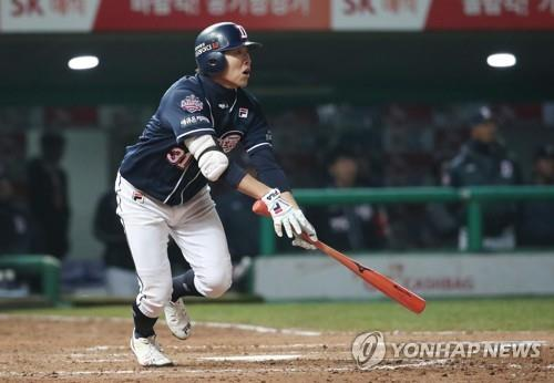 Jung Soo-bin of the Doosan Bears watches his two-run home run off Angel Sanchez of the SK Wyverns in the top of the eighth inning of Game 4 of the Korean Series at SK Happy Dream Park in Incheon, 40 kilometers west of Seoul, on Nov. 9, 2018. (Yonhap)