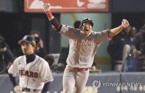 Han Dong-min of the SK Wyverns (R) celebrates his solo home run against the Doosan Bears in the top of the 13th inning of Game 6 of the Korean Series at Jamsil Stadium in Seoul on Nov. 12, 2018. (Yonhap)