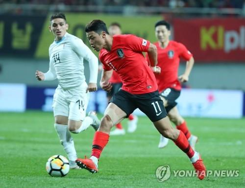 In this file photo from Oct. 12, 2018, Hwang Hee-chan of South Korea controls the ball in a men's football friendly match against Uruguay at Seoul World Cup Stadium. (Yonhap)