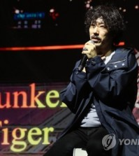 """SEOUL, Nov. 16 (Yonhap) -- South Korean hip-hop icon Drunken Tiger's new song featuring BTS leader RM debuted at No. 1 on the U.S. iTunes' hip-hop chart, its agency said Friday.  """"Timeless"""" from Drunken Tiger's 10th full-length album topped the hip-hop/rap songs chart, the K-pop chart and the music video chart of the U.S. iTunes upon its release, according to Feel Ghood Music. The piece also ranked high on the main pop chart while topping iTunes' song charts of 26 countries, including Sweden, Egypt, Romania, Israel, Finland, Saudi Arabia, Poland, the Philippines and Peru.  Released on Wednesday, the album """"Drunken Tiger X: Rebirth of Tiger JK"""" that contains 30 tracks on two CDs featuring over a dozen prominent K-pop artists, including BTS' RM, Seventeen's Vernon, rapper Dok2 and SechsKies' Eun Ji-won.  Debuting in 1999 as a duo, Drunken Tiger became a one-member group after the departure of DJ Shine in 2005. It was the final album put out by Tiger JK under the Drunken Tiger moniker.  """"I want to leave good memories for my fans with this album and now I feel good because I've started my activities for the album with the good news,"""" Tiger JK said through the agency.  This file photo shows Tiger JK, the frontman of Drunken Tiger. (Yonhap)"""