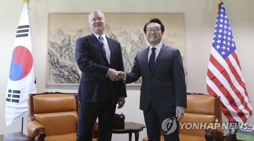 This AP photo shows South Korea's Special Representative for Korean Peninsula Peace and Security Affairs Lee Do-hoon (R) during a meeting with U.S. Special Representative for North Korea Stephen Biegun at the Foreign Ministry in Seoul on Oct. 29, 2018. (Yonhap)