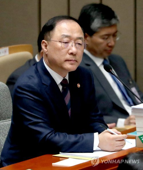 Hong Nam-ki, a nominee for finance minister, listens to remarks by a lawmaker during a parliamentary committee session in Seoul, on Nov. 9, 2018. (Yonhap)