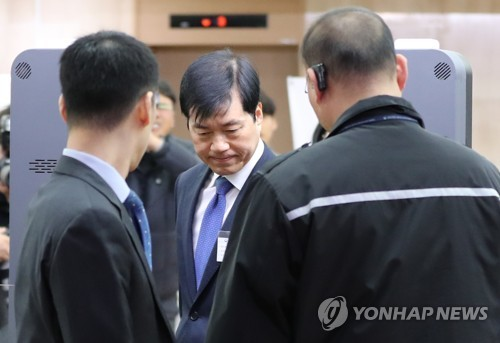 Kim Tae-han (C), CEO of Samsung BioLogics, arrives at the Seoul government complex in the capital on Nov. 14, 2018, to attend a meeting of the Securities & Futures Commission, which later ruled that the firm committed accounting fraud in 2015 to inflate its value ahead of an initial public offering in 2016. (Yonhap)
