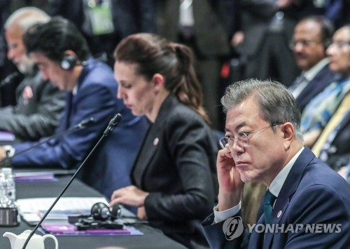 President Moon Jae-in listens to other leaders speak during this year's meeting of the East Asia Summit in Singapore on Nov. 15. (Yonhap)