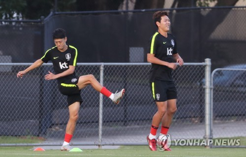 South Korea national football team players Kim Young-gwon (R) and Lee Chung-yong train at Perry Park in Brisbane, Australia, on Nov. 15, 2018, two days ahead of an international friendly football match between South Korea and Australia. (Yonhap)