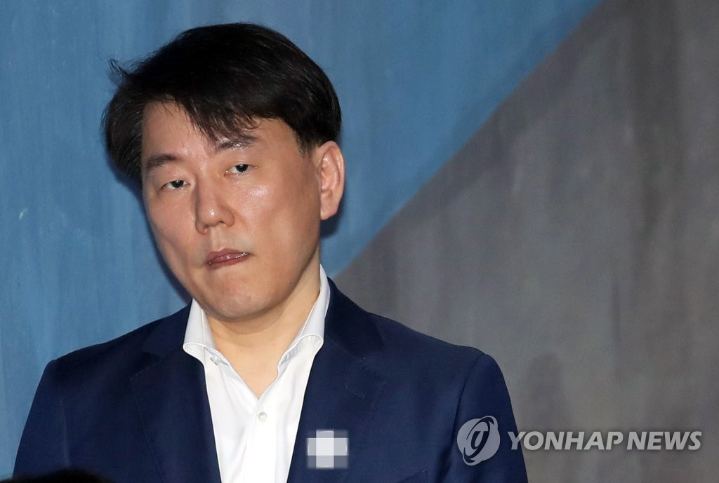 "SEOUL, Nov. 16 (Yonhap) -- The Korea Baseball Organization (KBO) on Friday confirmed the expulsion of a former president of a club from the baseball community following his conviction for embezzlement. The KBO Commissioner Chung Un-chan officially approved its discipline committee's decision to permanently ban Lee Chang-suk, former head of the Nexen Heroes, from any baseball-related activities. The KBO discipline committee meted out penalties against Lee last month, but Chung decided to approve the ruling after the league's postseason is completed. The KBO added that former Heroes vice president Namgung Jong-hwan is also permanently expelled from the baseball community. ""The two people will not be able to participate in any KBO-related activities and they will not be pardoned,"" the KBO said. ""If they're confirmed to be engaging in management activities of the Heroes in future, not only the club, but also current management officials will be punished."" This file photo, taken on May 18, 2018, shows Lee Chang-suk, former head of the South Korean pro baseball club Nexen Heroes. (Yonhap)"