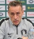 """BRISBANE, Australia, Nov. 16 (Yonhap) -- South Korea national football coach Paulo Bento said Friday that his side's style of play will not change when they face Australia in a friendly match.  South Korea, 53rd in the latest FIFA rankings, will face 42nd-ranked Australia at Suncorp Stadium in Brisbane, Australia, on Saturday.  """"Although we have some new faces, we will not have big changes in our style of play,"""" Bento said at a pre-match press conference. """"Our goal is to collect a win with the players showing improved performance.""""  South Korea national football team head coach Paulo Bento speaks at a press conference at Suncorp Stadium in Brisbane, Australia, on Nov. 16, 2018, one day ahead of his team's friendly match against Australia. (Yonhap)"""