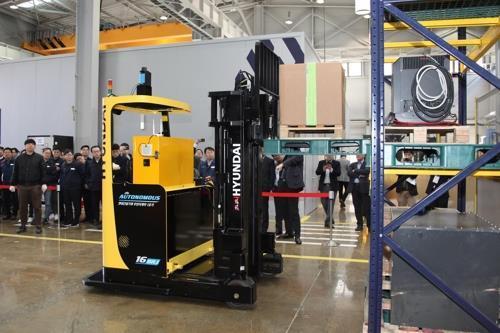 This photo shows Hyundai Construction Equipment Co.'s first autonomous forklift. (Yonhap)