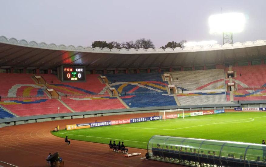 파울루 벤투 감독이 이끄는 한국 축구 대표팀이 15일 오후 5시 30분부터 평양 김일성경기장(5만명 수용)에서 북한과 2022년 카타르 월드컵 아시아지역 2차 예선 H조 3차전을 무관중 경기로 치르고 있다.