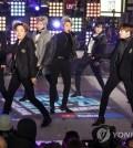 (뉴욕 AP=연합뉴스) 방탄소년단(BTS)이 31일(현지시간) 밤 미국 뉴욕 맨해튼의 타임스스퀘어에서 새해맞이 라이브 무대를 펼치고 있다.