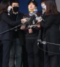 (서울=연합뉴스) 정하종 기자 = 미성년자를 포함한 여성을 협박해 성 착취 불법 촬영물을 제작하고 유포한 텔레그램 '박사방' 운영자 조주빈이 25일 오전 서울 종로경찰서에서 검찰로 송치되고 있다. 2020.3.25