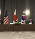 Foreign Minister Chung Eui-yong (R) attends a trilateral meeting with his U.S. and Japanese counterparts, Antony Blinken and Toshimitsu Motegi, on the sidelines of a Group of Seven gathering in London on May 5, 2021. (Yonhap)